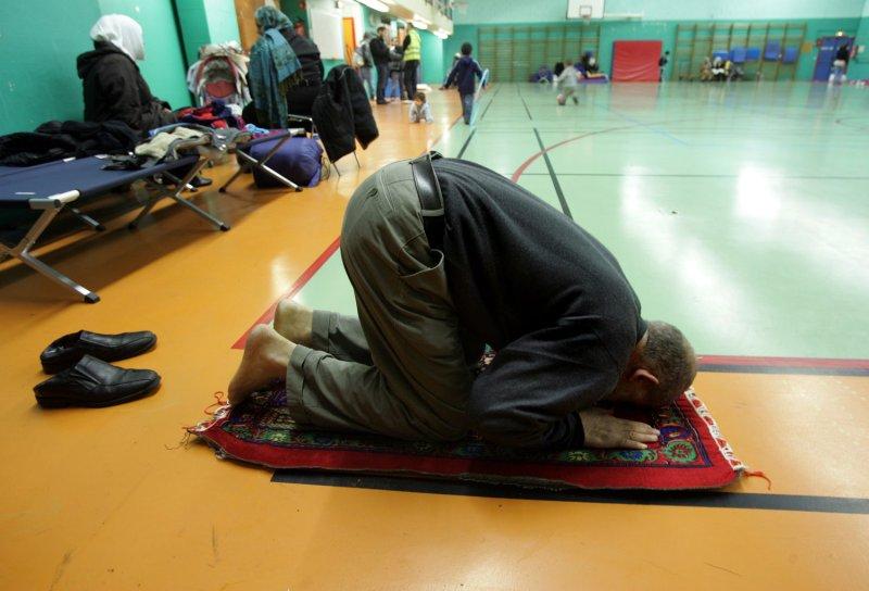 Paris Muslim street praying ban in effect
