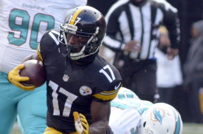 53ae0f56535 Pittsburgh Steelers wide receiver Eli Rogers (17) avoids a defender and  gains 19 yards in the first quarter during the AFC Wild Card Round on  January 8