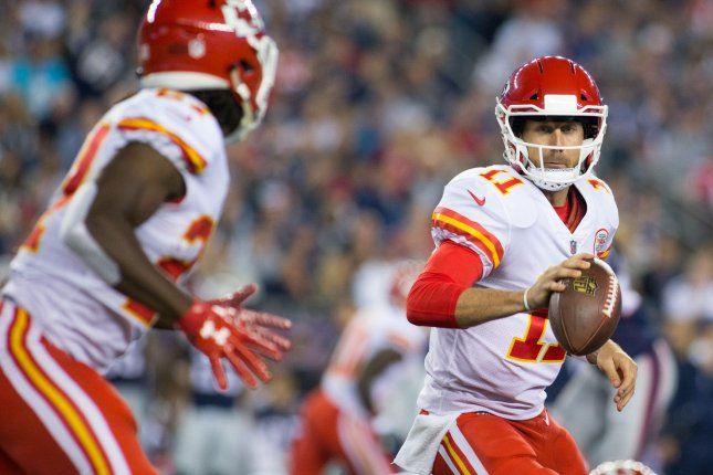 Kansas City Chiefs quarterback Alex Smith gets ready to toss the ball to running back Kareem Hunt during the season-opening win over the New England Patriots. Photo by Matthew Healey/ UPI