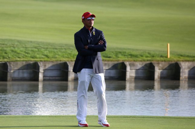 Tiger Woods wins Hero shot at Baha Mar