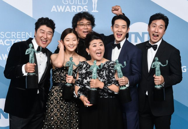 (L-R) Actors Song Kang Ho, So-dam Park, Jeong-eun Lee, Sun-kyun Lee, Woo-sik Choi, and director Bong Joon-ho appear backstage with the award for Outstanding Performance by a Cast in a Motion Picture for Parasite. Photo by Jim Ruymen/UPI