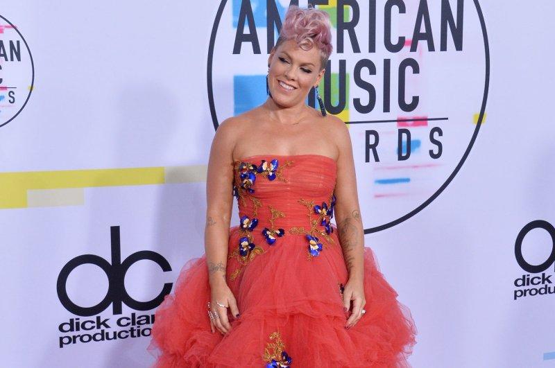 Christina Aguilera Performs Stirring Tribute to Whitney Houston at AMAs