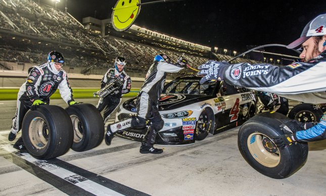 Kevin Harvick's crew races through a pit stop in the 2017 Can-Am Duel 1 on February 23, 2017, in Daytona, Florida. Photo by Edwin Locke/UPI