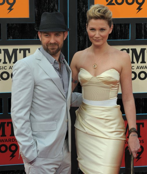Jennifer Nettles (L) and Kristian Bush, of band Sugarland, arrive for the Country Music Television (CMT) Music Awards in Nashville, Tennessee, on June 16, 2009. (UPI Photo/Roger L. Wollenberg)