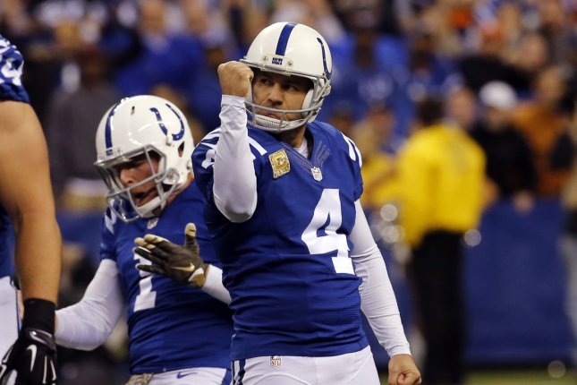 Colts' Vinatieri gets new deal, chance to set scoring record