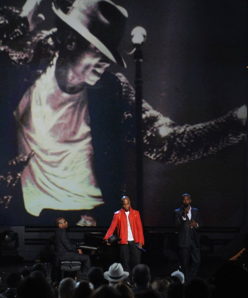 Host Jamie Foxx (L) and Ne-Yo pay tribute to the late singer Michael Jackson at the finale of the 9th annual BET Awards in Los Angeles on June 28, 2009. (UPI Photo/Jim Ruymen)