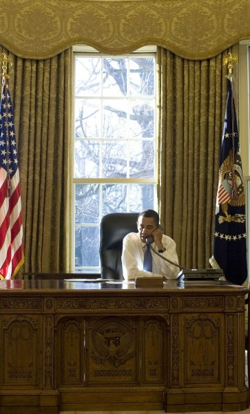 Obama shown jacket-free in the Oval Office