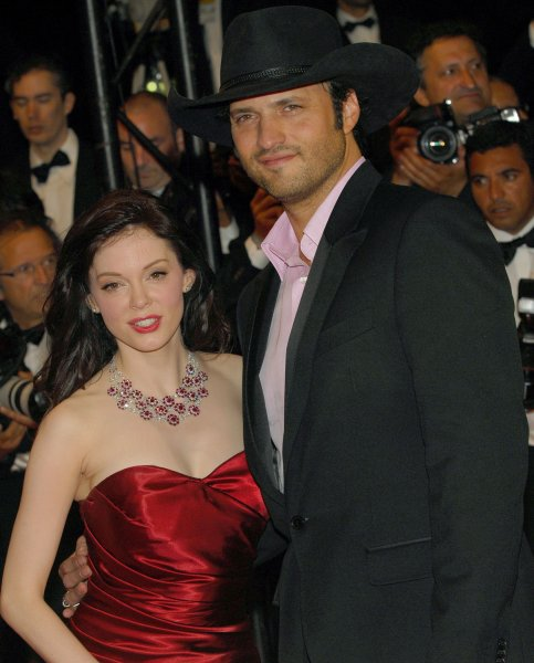 Director Robert Rodriguez (R) and actress Rose McGowan arrive at the Palais des Festivals for the gala screening of Death Proof at the 60th Cannes Film Festival in Cannes, France on May 22, 2007. (UPI Photo/Christine Chew)
