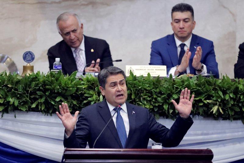 U.S. prosecutors accused the President of Honduras Juan Orlando Hernandez (C) of taking bribes from an alleged drug trafficker. Photo by Gustavo Amador/EPA-EFE