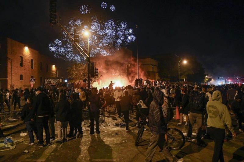 https://cdnph.upi.com/svc/sv/upi_com/1791590746556/2020/1/437487bd4ed78ef4387e5028b96ea419/George-Floyd-protesters-rock-Minneapolis-for-third-night.jpg