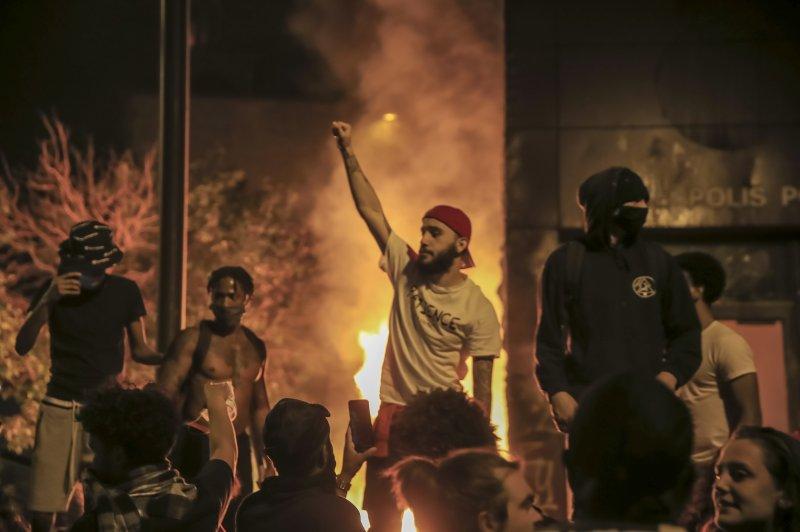 https://cdnph.upi.com/svc/sv/upi_com/1791590746556/2020/2/6acfa16c5164665967d7b3af01013661/George-Floyd-protesters-rock-Minneapolis-for-third-night.jpg