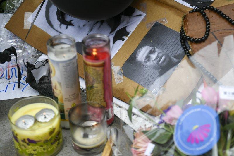 https://cdnph.upi.com/svc/sv/upi_com/1791590746556/2020/6/0d8b06980a72b2d78e7d32427a34b647/Minneapolis-cop-seen-kneeling-on-George-Floyd-charged-with-murder.jpg
