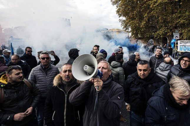Italian cabbies strike nationwide to protest Uber, other rivals