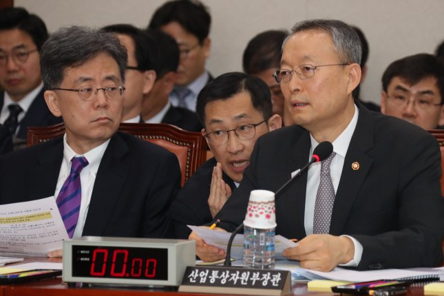 Photo of South Korean Minister of Trade, Industry and Energy Paik Un-gyu in a meeting. Paik expressed regret that the U.S. slapped a steep tariff on imported steel. Photo by Yonhap.