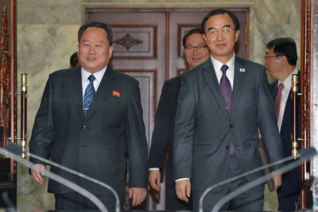 South Korea's Unification Minister Cho Myoung-gyon (R) and Ri Son-gwon (L), chief of North Korean agency in charge of affairs with the South, walk into a meeting room for high-level talks at the truce village of Panmunjom, 29 March 2018. The two sides agreed to hold an inter-Korean summit on 27 April. Photo by Yonhap.