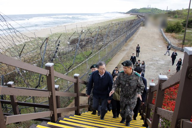 President Moon Jae-in (L) inspects a trail adjacent to the Demilitarized Zone, dubbed the DMZ Peace Trail, in the northeastern border town of Goseong a day before the trail opened to the public. Photo by Yonhap News Agency
