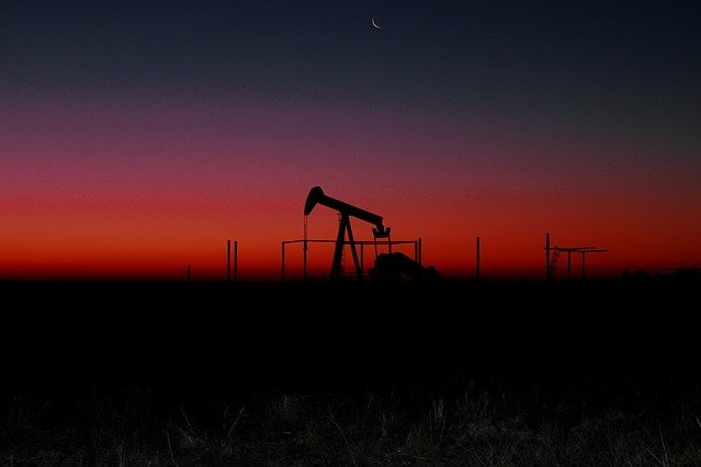 Shale oil extraction will continue to lead crude oil production in the United States in the next three decades. Photo by Armbrusterbiz/Pixabay