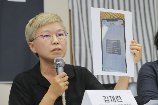 Kim Jae-ryun, a lawyer for a former secretary of the late Seoul Mayor Park Won-soon, explains the alleged sexual harassment case related to Park during a news conference at the offices of a women's right organization in Seoul on Monday. Photo by Yonhap/EPA-EFE