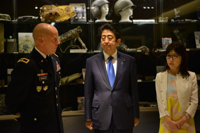 U.S. Army Brig. Gen. Mark Spindler briefs Prime Minister Shinzo Abe of Japan and Defense Minister Tomomi Inada in Hawaii in December. Abe is to hold a summit with U.S. President Donald Trump this month. Photo by Tech. Sgt. Kathrine Dodd/Department of Defense