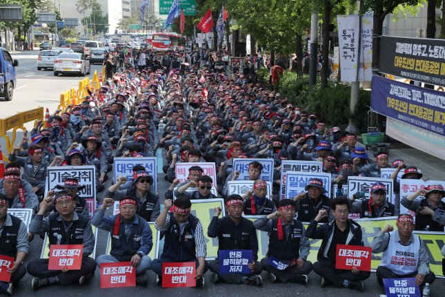 Unionists of Daewoo Shipbuilding & Marine Engineering (DSME) protest the troubled shipyard's planned sale to Hyundai Heavy Industries Co. in front of DSME's Seoul office. Photo by Yonhap News Agency