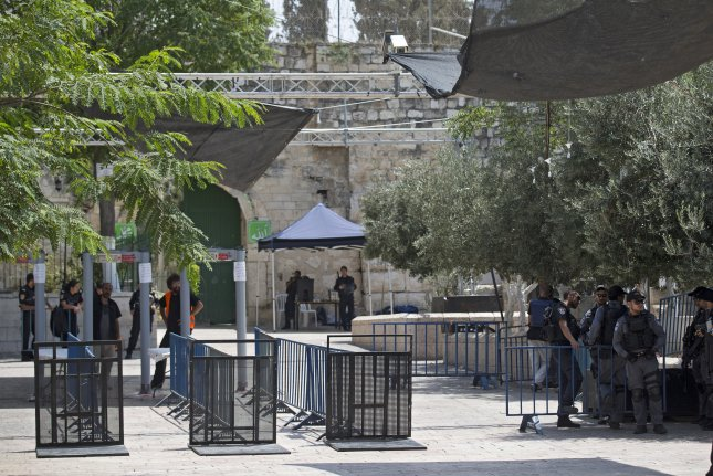 Israel removes metal detectors at entrance to holy site