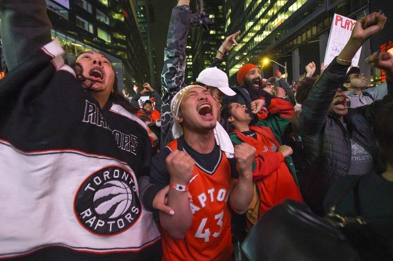 buy popular bca0f 56fd4 Golden State Warriors congratulate Toronto Raptors with full ...