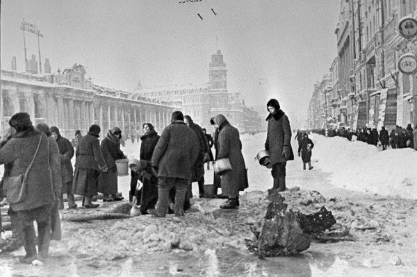 People in besieged Leningrad take water from shell holes on December 1, 1941. File Photo by Boris Kudoyarov/Wikimedia