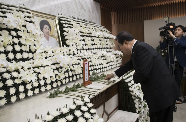 National Assembly Speaker Moon Hee-sang places a flower at an altar in Seoul on Tuesday for Lee Hee-ho, the widow of former President Kim Dae-jung. Photo by Yonhap