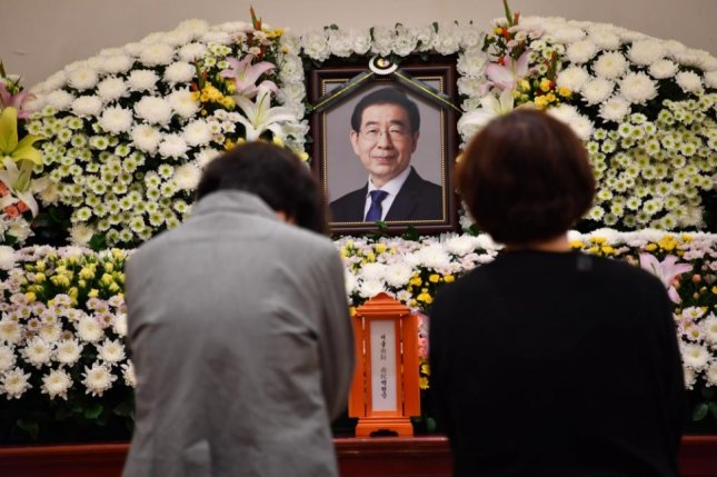Mourners pay their respects to Seoul Mayor Park Won-soon on Friday at a private memorial at Seoul National University Hospital. Photo courtesy of Seoul city government