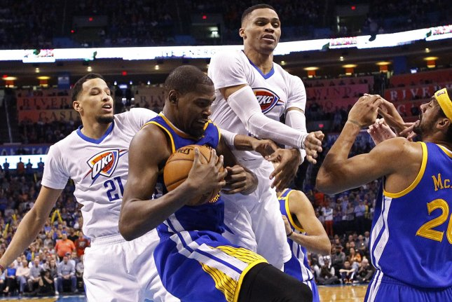 epa05786732 Golden State Warriors player Kevin Durant (L) goes for a loose ball against Oklahoma City Thunder player Russell Westbrook (R) in the second half of their NBA basketball game at Chesapeake Energy Arena in Oklahoma City, Oklahoma, USA, 11 February 2017. EPA/LARRY W. SMITH