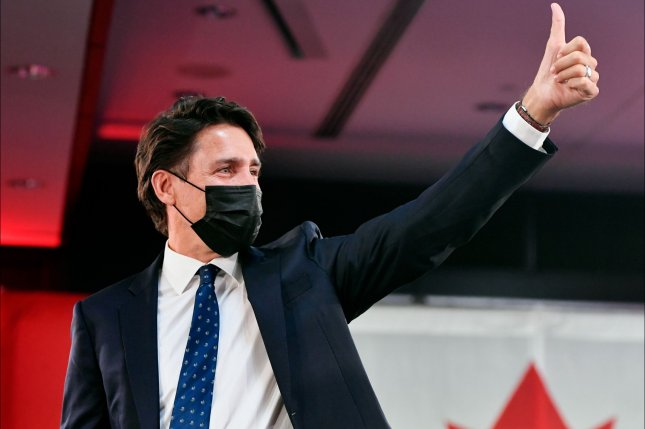 Canadian Prime Minister Justin Trudeau greets supporters with a thumbs-up on Monday as he celebrates his election victory in Montreal, Quebec, Canada. Photo y Eric Bolte/EPA-EFE