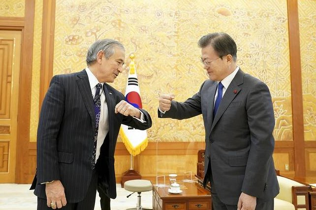 U.S. Ambassador to Harry Harris (L) met with South Korean President Moon Jae-in (R) on Tuesday ahead of his departure this week. Photo courtesy of Republic of Korea Cheong Wa Dae