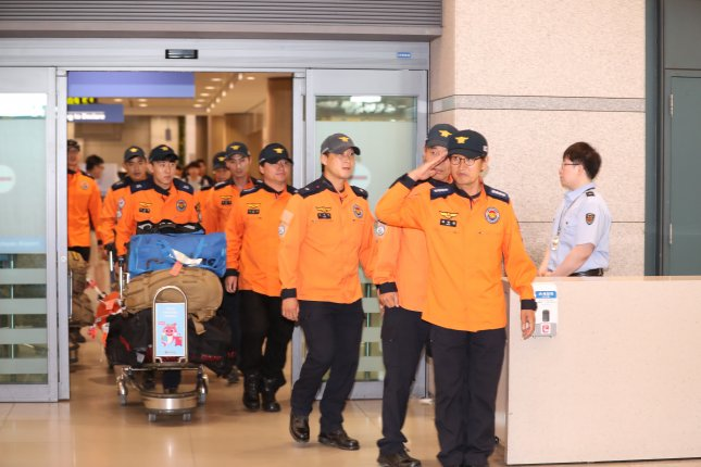 South Korean rescue and recovery workers arrive at Incheon International Airport, west of Seoul, on Tuesday, wrapping up their search mission in Hungary. Photo by Yonhap