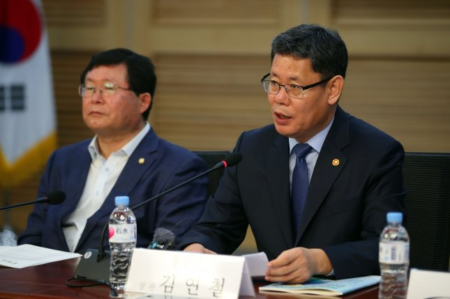 Unification Minister Kim Yeon Chul told reporters that it was important to continue humanitarian aid to North Korea despite the current political situation. Photo by Yonhap News Agency