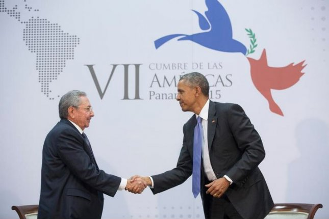 President Barack Obama (r) greets Cuban President Raul Castro on April 11, 2015, at the 7th Summit of the Americas in Panama City, Panama. They will meet face-to-face a second time this week at the United Nations. File photo from White House/Twitter