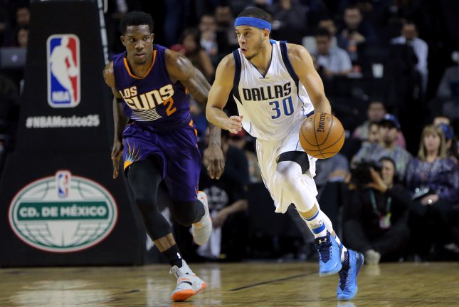 Eric Bledsoe (L) vies for the ball with Seth Curry (R) during a game between the Phoenix Suns and the Dallas Mavericks in Mexico City, Mexico on January 12, 2017. File photo by JOSE MENDEZ/EPA