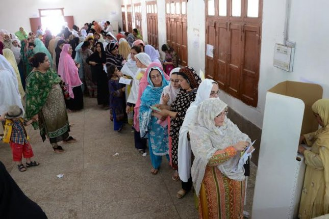 Women line up to cast their votes in local government elections in Peshawar, Khyber Province, Pakistan, on May 30. Photo by Izhar ullah/News Lens Pakistan