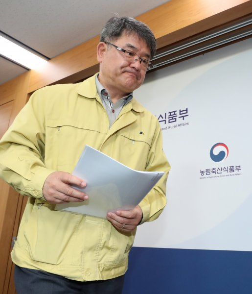 South korea confirms case of rare type a foot and mouth disease in commissioner of the animal and plant quarantine agency leaves the podium after a press briefing on a confirmed case of foot and mouth disease fmd at publicscrutiny Gallery
