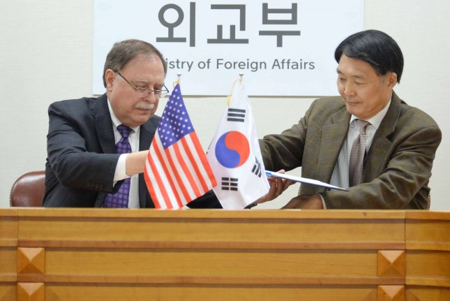 Chang Won-sam (R), chief South Korean negotiator for defense cost talks, and his U.S. counterpart, Timothy Betts (L), sign a provisional defense cost-sharing deal during their meeting at the Ministry of Foreign Affairs in Seoul on Sunday. File Photo by Yonhap/EPA-EFE