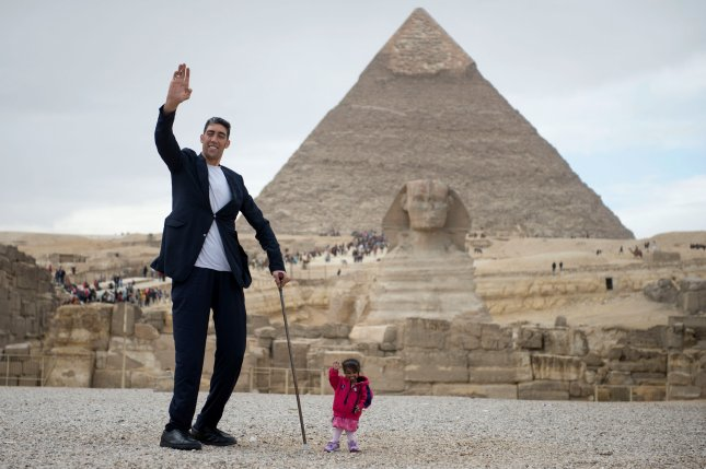 World's tallest man and shortest woman visit Giza pyramids