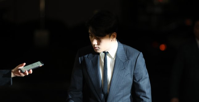 South Korean singer Seungri, a member of popular K-pop boy group Big Bang, appears at the Seoul Metropolitan Police Agency to undergo questioning. Photo by Yonhap