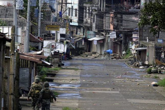 Philippine security troops advance inside a conflict area in Marawi on June 1, as fighting between terrorist Maute militants and government forces continues in the city in the southern Philippines. Photo by Francis R. Malasig/EPA
