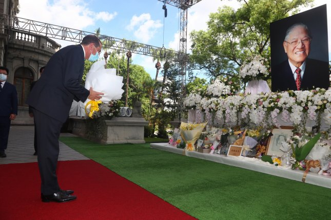 U.S. Health Secretary Alex Azar pays tribute to late Taiwanese president Lee Teng-hui in Taipei, Taiwan on Wednesday. Photo by Central News Agency/EPA-EFE