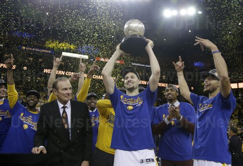 Rick Barry presents Western Conference trophy to  Warriors Klay Thompson