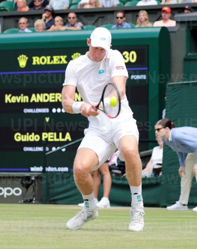 Kevin Anderson returns the ball in third round action against Guido Pella
