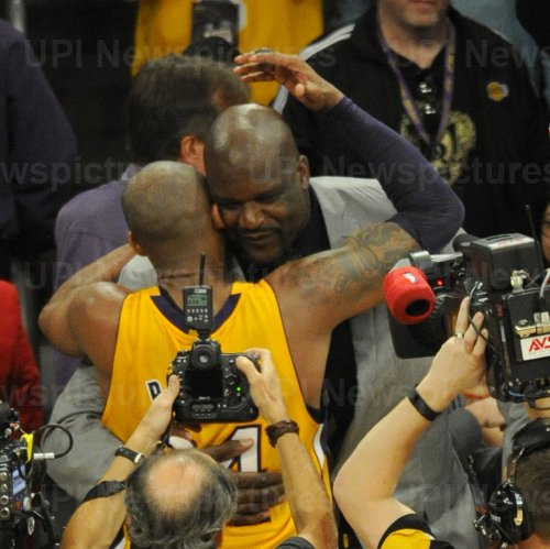 Los Angeles Lakers Kobe Bryant is congratulated by Shaquille Oneal in his final game
