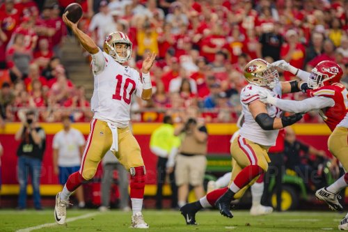 49ers Jimmy Garoppolo tosses a long pass