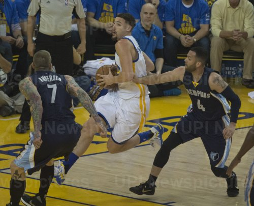 Warriors Klay Thompson drives to the basket