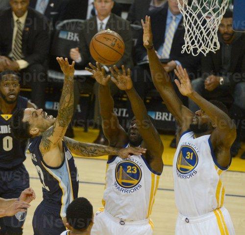 Grizzles Matt Barnes tries to shoot over Warriors