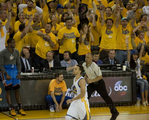 Warriors Stephen Curry buries three pointer against Thunder